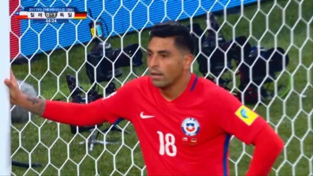 [칠레 vs 독일] '또 수비 실수' 위기를 넘기는 브... 썸네일 이미지