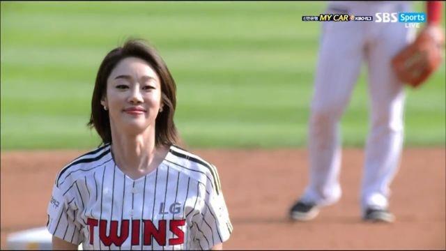 [롯데 VS LG] LG승리 기원, 배우 최여진의 시원... 썸네일 이미지